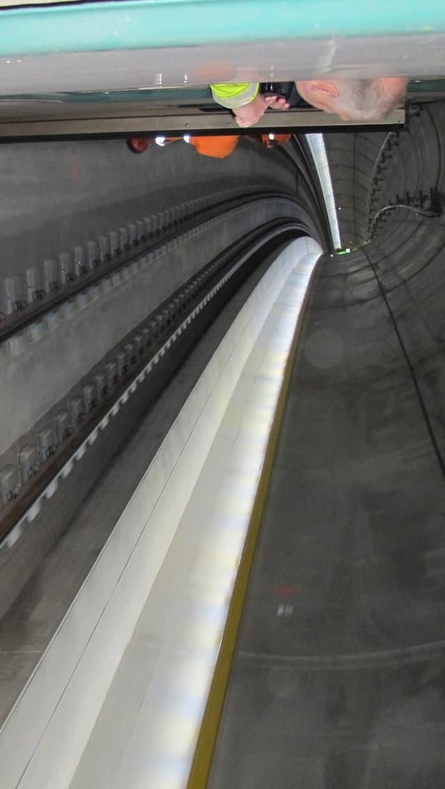 Ein Zug fährt durch einen Betontunnel.