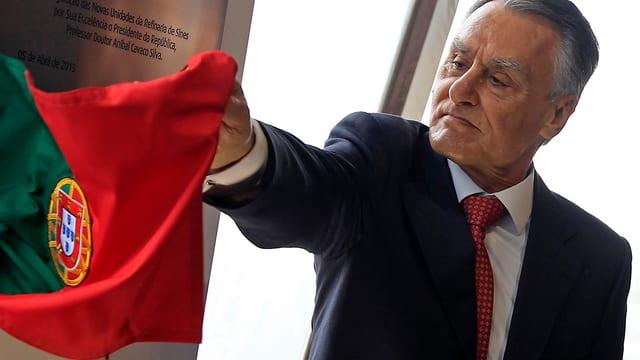 Aníbal Cavaco Silva mit einer Portugal-Flagge in der Hand.