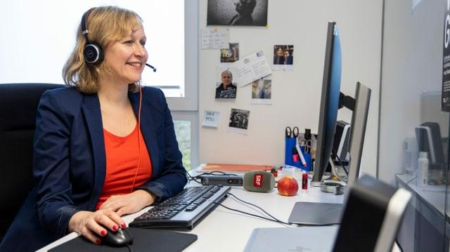 Nicoletta Cimmino an ihrem Arbeitsplatz in der Redaktion vom «Echo der Zeit» im Radiostudio Bern. Von hier aus nimmt sie an der Videokonferenz teil.