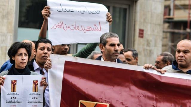 Demonstrantin in Kairo bevor die Schüsse fallen. (Twitter/Osama Hamamm)