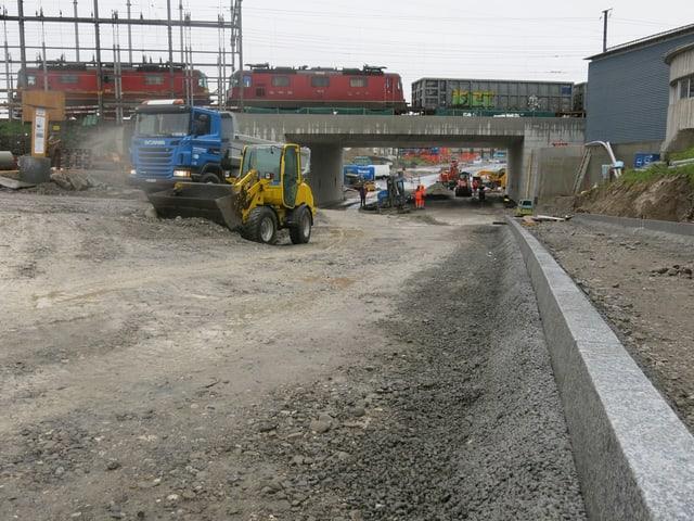 Bagger und Lastwagen auf der Baustelle der Reusseggstrasse.
