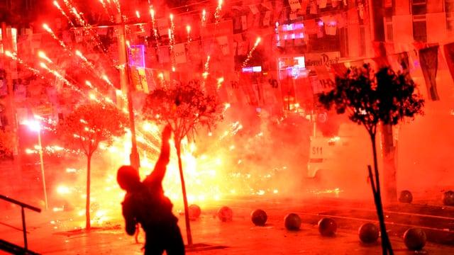Einzelner Demonstrant vor explodierender Tränengasgranate.