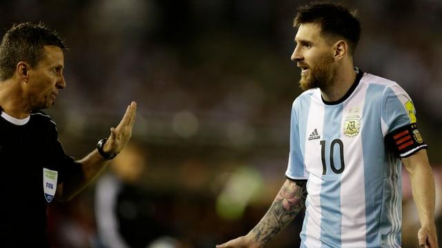 Lionel Messi diskutiert mit dem Schiedsrichter