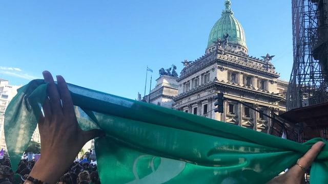 In Buenos Aires wird mit grünen Kopftücher demonstriert.