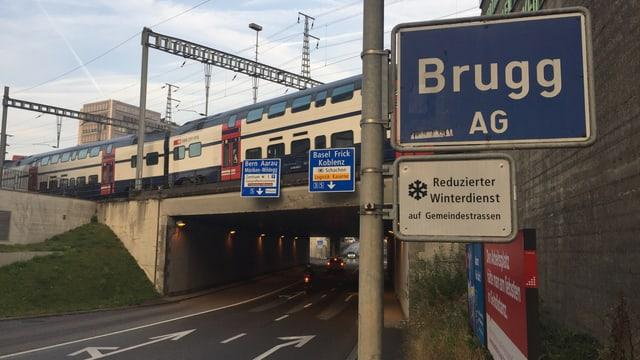 Ein Verkehrsschild von Brugg, mit einer Strasse und einer Bahnlinie