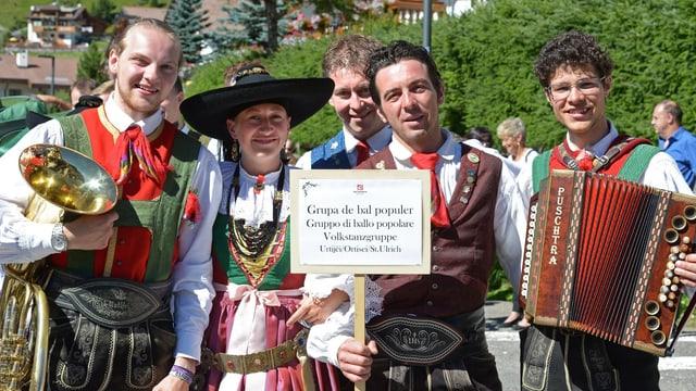 Ina gruppa da saut da las Dolomitas.