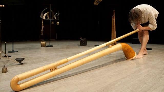 Der Musiker Balthasar Streiff mit einem speziellen Alphorn auf der Bühne.