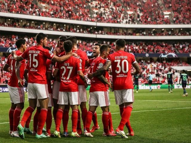 Benfica Spieler feiern das 1:0 von Rafa Silva.
