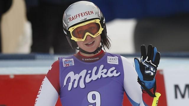 La skiunza Marianne Abderhalden cun chapellina e spievel.