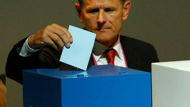 Ein Delegierter gibt seine Stimme ab.
