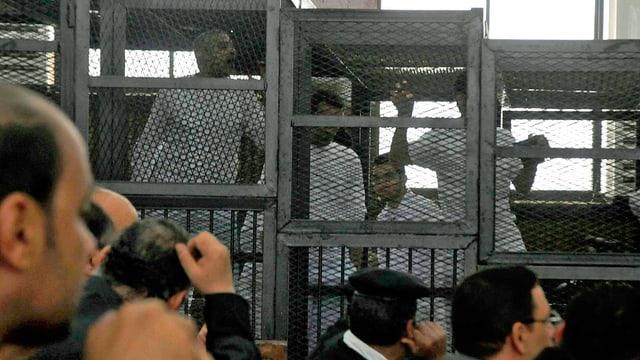 Menschen hinter Gittern.