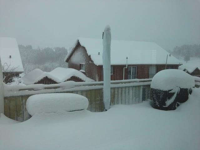Tief verschneite Terrasse.