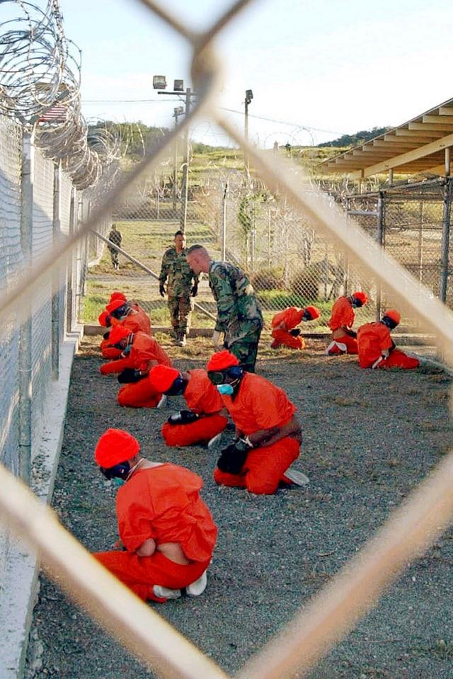 Guantanamo-Häftlinge auf den Knien.