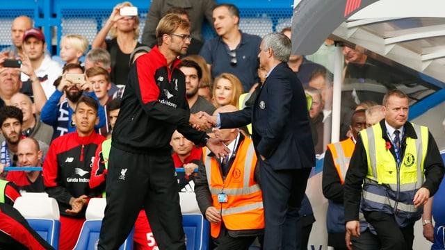 Jürgen Klopp und José Mourinho schütteln sich die Hand.
