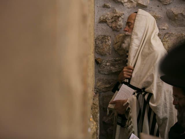 Alter Mann an Klagemauer