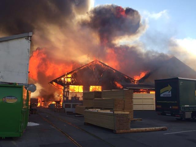 Brennendes Holzlager