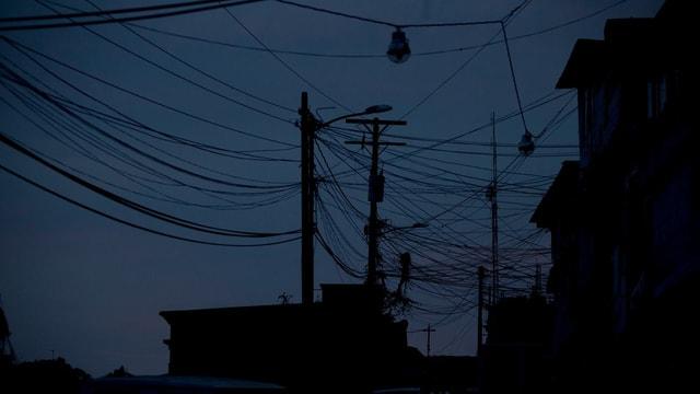 Stromleitungen in der Nacht.