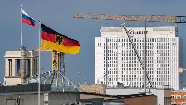 Die Charité in Berlin, im Vordergrund wehen die Flaggen Deutschlands und Russlands