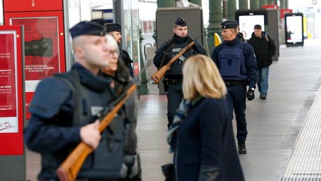 In Paris unterstützen 1500 zusätzlichen Soldaten die Polizei. Im Bild: Der Gare du Nord am Samstagmorgen.