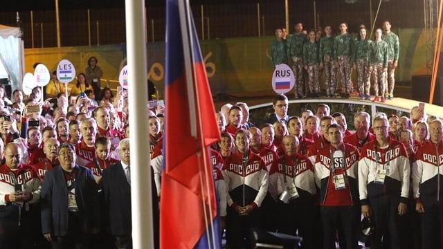 equipa russa cun atletas ed atlets durant ina ceremonia da trair si la bandiera
