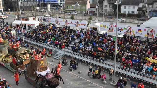 Die neue Fasnachts-Tribüne am Dornacherplatz in Solothurn ist voll.