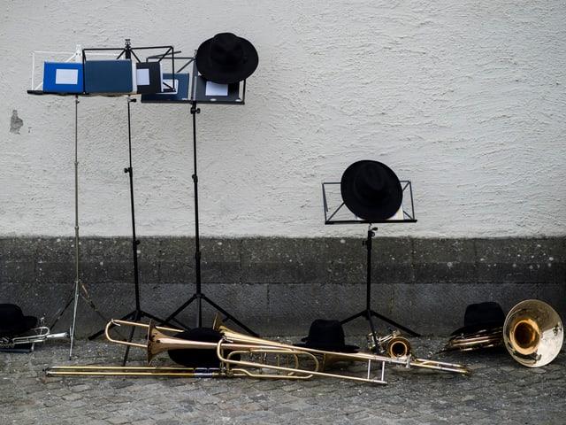 Huete liegen auf den Notenstaender neben Blasinstrumenten