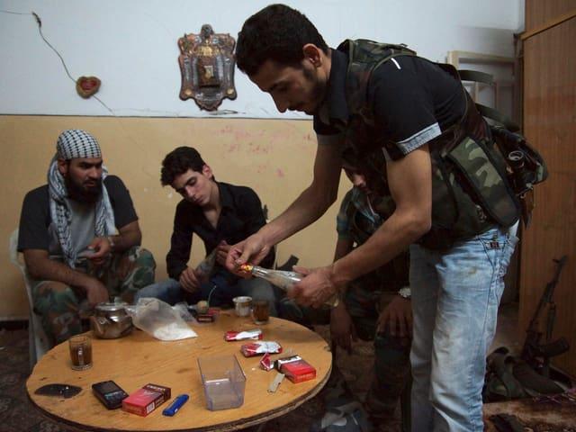 Rebellen bauen in einem abgedunkelten Zimmer in Deir al-Zor Waffen, die sie später auf Streitkräfte des syrischen Präsidenten Bashar al-Assad abfeuern.