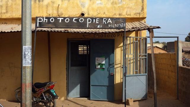 Ein Laden, auf dem «Photocopiera» steht.