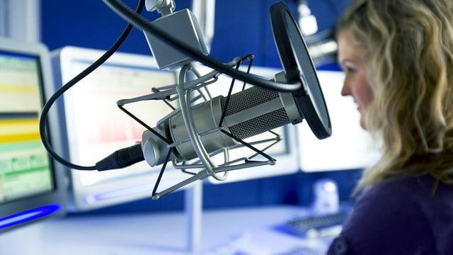 Eine Frau im Radiostudio.