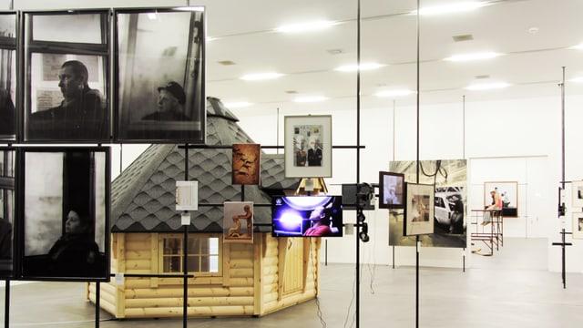Ein Besuch der Manifesta 11 in Zürich. Ein Bild eines Ausstellungsraums.