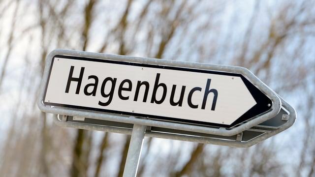 Ein Strassenschild mit der Aufschrift «Hagenbuch»