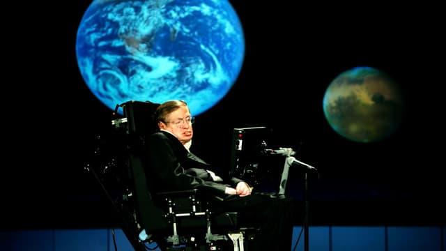Ein Mann im Rollstuhl vor Planeten.