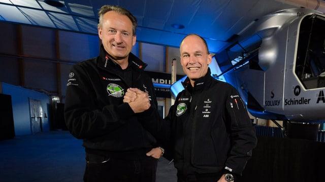 Andre Borschbergund Bertrand Piccard vor dem Flugzeug «Solar Impulse 2».