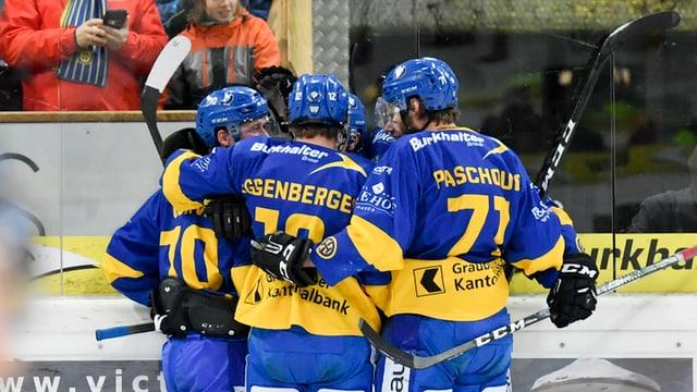 Giugaders da hockey che celebreschan suenter avair sajettà in gol.