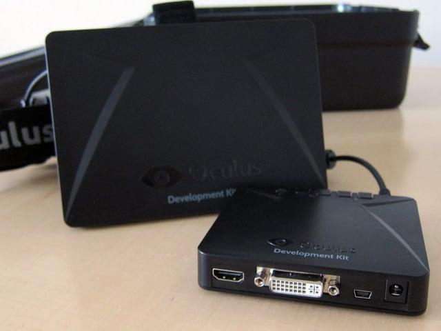 Zwei schwarze Kästchen, eines eine Virtual-Reality-Brille, das andere ein Kontrollkästchen.