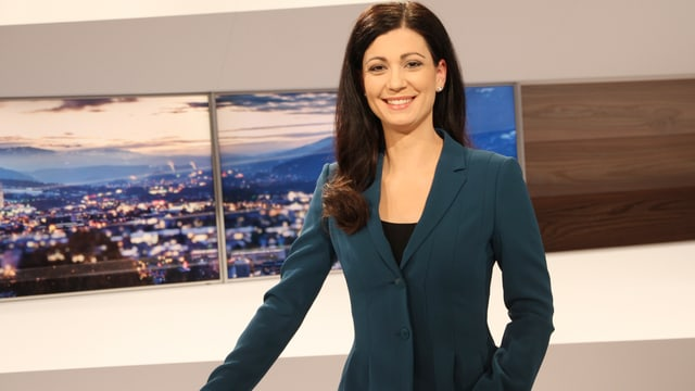 Moderatura da televisiun Maria Victoria Haas en il studio da televisiun.