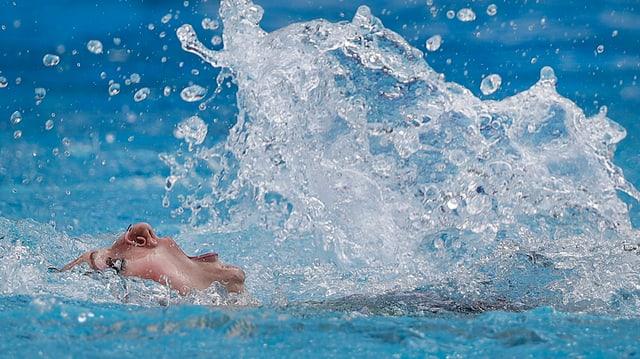 Schwimmerin fast unter Wasser