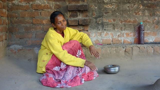 Diese Frau sitzt seit sieben Jahren Tag für Tag auf der Terrasse und spricht vor sich hin.