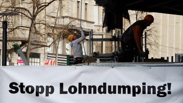 """Schild mit der Aufschrift """"Stopp Lohndumping!"""" bei der Zara-Baustelle an der Zürcher Bahnhofstrasse"""