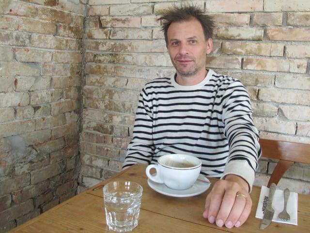 Geschäftsleiter Jonas Staub am Tisch: «Einbeziehen statt ausschliessen»