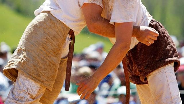 Zwei Schwinger packen sich an den Hosen