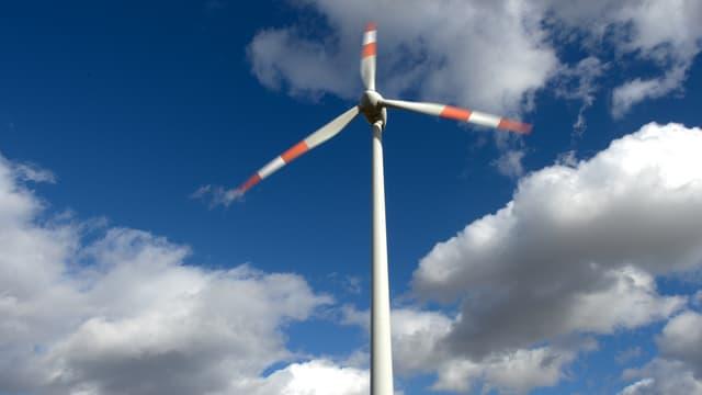 Ein Windrad im Wind.