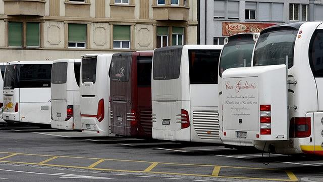 Parkierte Cars in der Stadt Luzern