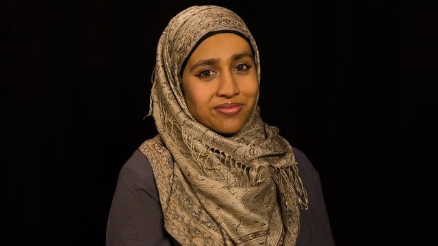 Fathima mit formellerem Kopftuch