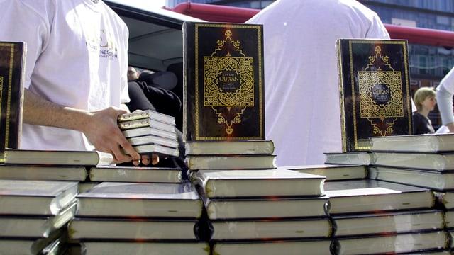 Salafisten verteilen in Berlin Exemplare des Koran