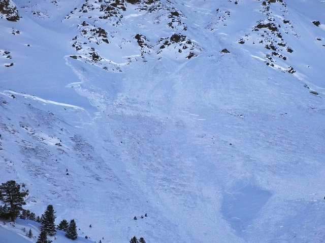 Lawinenanriss an einem verschneiten Berg.