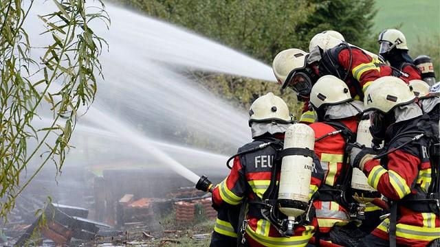 Feuerwehrleute beim Löschen.
