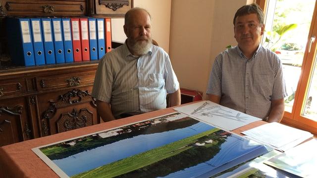 Zwei Männer vor Grafiken
