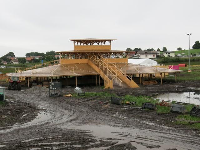 Ein dreistöckiger, pyramidenförmiger Rundbau aus Holz.