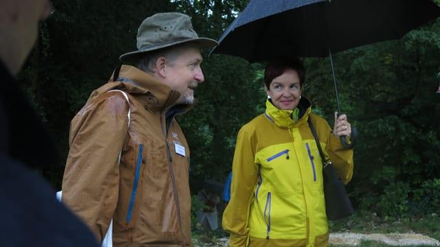 Zwei Menschen im Regen